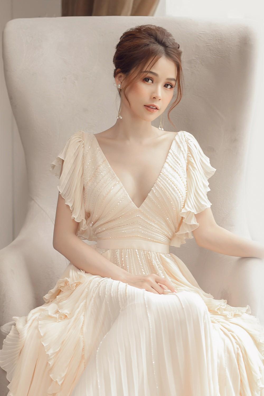Hiếm khi diện áo xẻ sâu ngực, Sam hóa nữ thần bước ra từ thần thoại Hy Lạp - Ảnh 2.