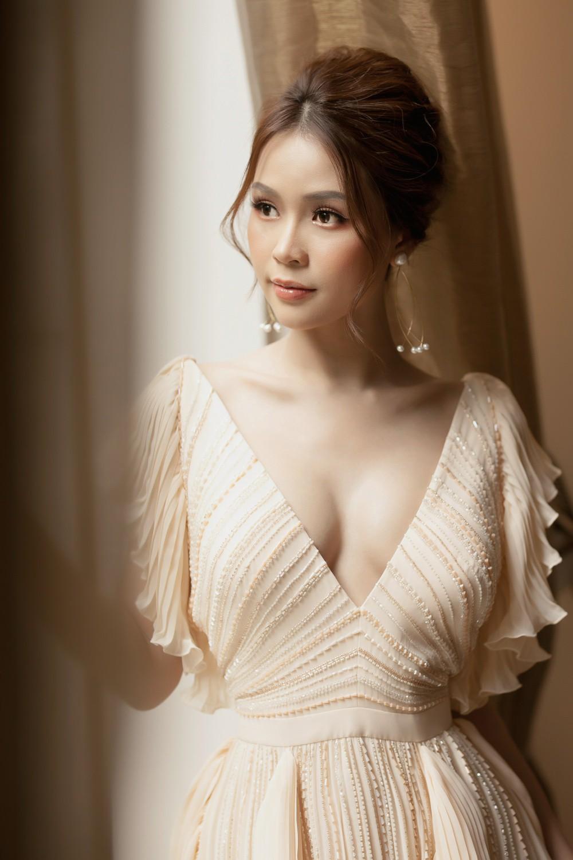 Hiếm khi diện áo xẻ sâu ngực, Sam hóa nữ thần bước ra từ thần thoại Hy Lạp - Ảnh 6.