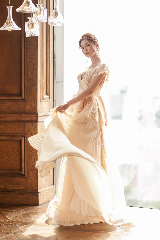 Hiếm khi diện áo xẻ sâu ngực, Sam hóa nữ thần bước ra từ thần thoại Hy Lạp - Ảnh 3.