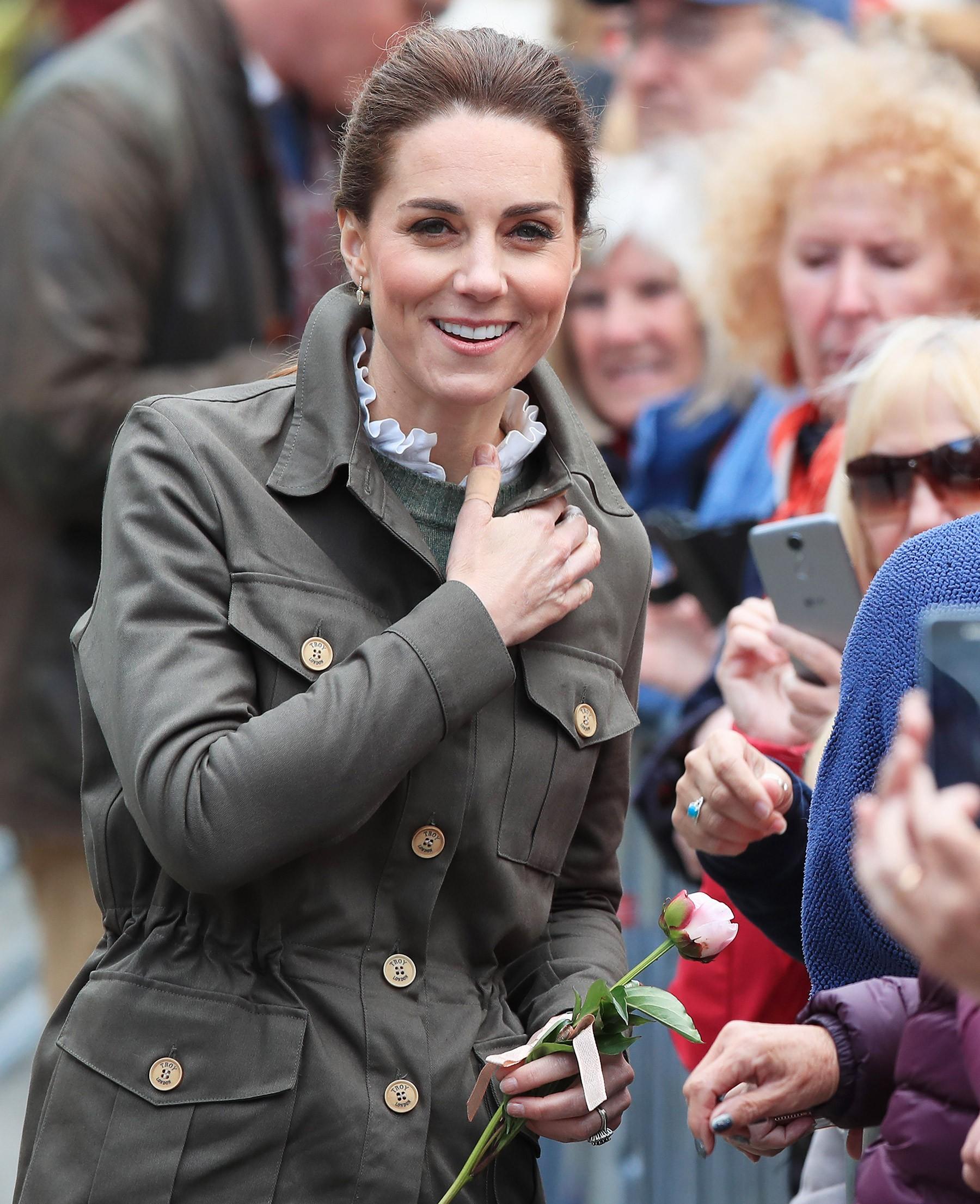 Hãy xem phản ứng của Kate Middleton khi bị một bé gái hỏi 'Tại sao cô không mặc váy công chúa Elsa?' - Ảnh 2.