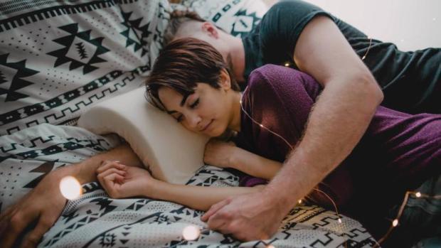 Không chỉ gối đầu ngủ ngon, chiếc gối này còn ngăn chặn tê tay khi chồng muốn làm gối đỡ đầu cho bạn - Ảnh 1.