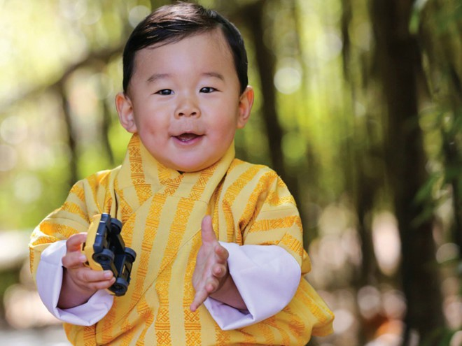 Đất nước hạnh phúc Bhutan công bố hình ảnh mới nhất của hoàng tử bé  - Ảnh 2.