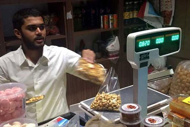 Dạy con kì lạ như tỷ phú kim cương giàu có bậc nhất Ấn Độ: Đẩy con trai ra đường kiếm tiền như người nghèo, không được dùng điện thoại trong 1 tháng để hiểu được cuộc sống - Ảnh 2.