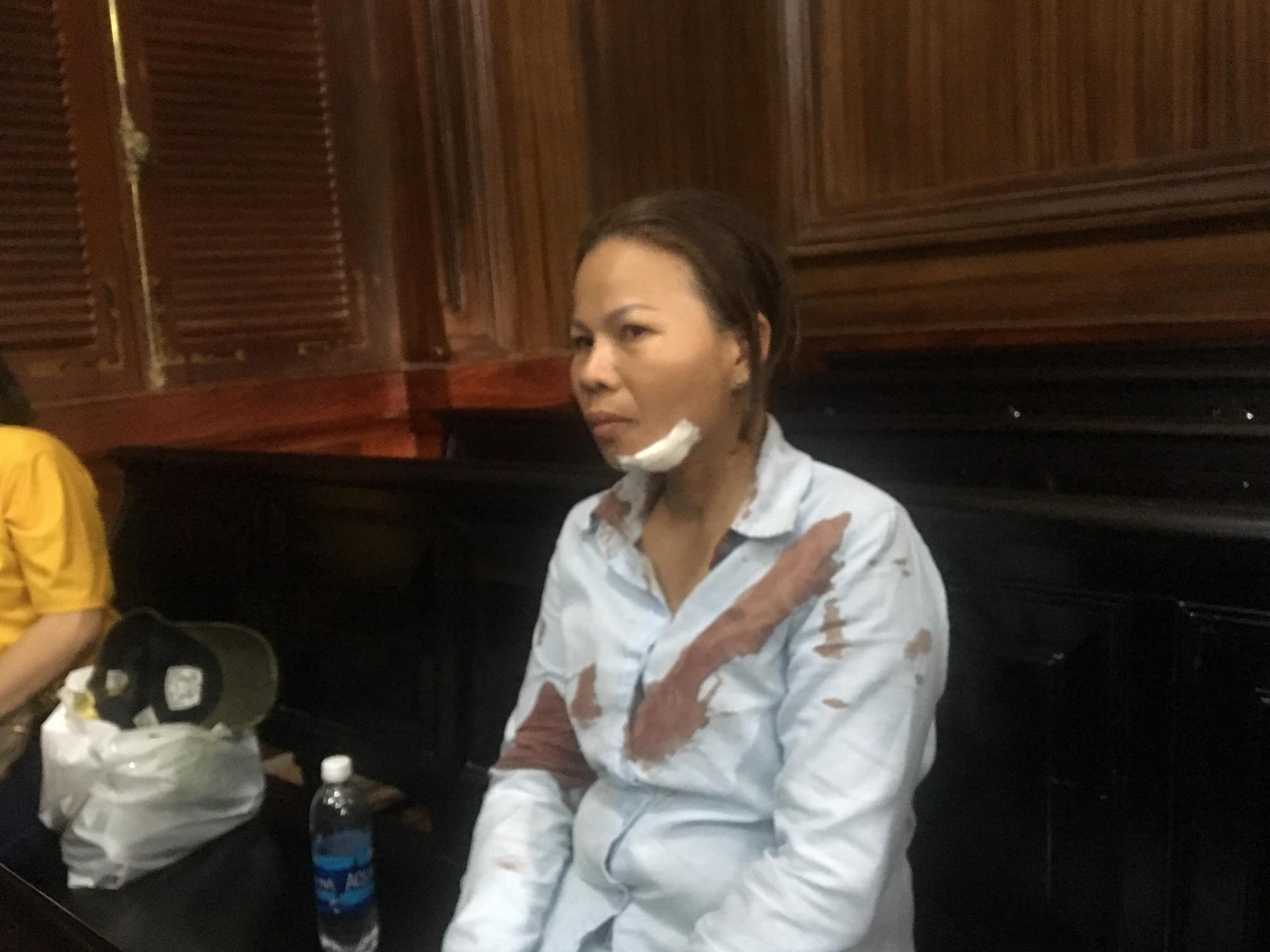 TP.HCM: Người nhà bị hại lao vào đánh vợ bị cáo ngất xỉu trước phiên tòa - Ảnh 1.