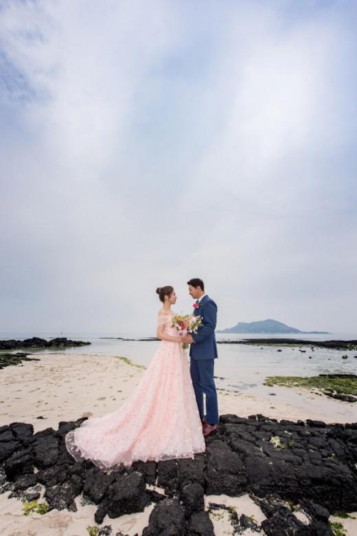 """Tài tử """"Sắc đẹp ngàn cân"""" khoe ảnh cưới mà dân tình chỉ dán mắt vào cô dâu đẹp như Hoa hậu, còn na ná Kim Tae Hee - Ảnh 1."""