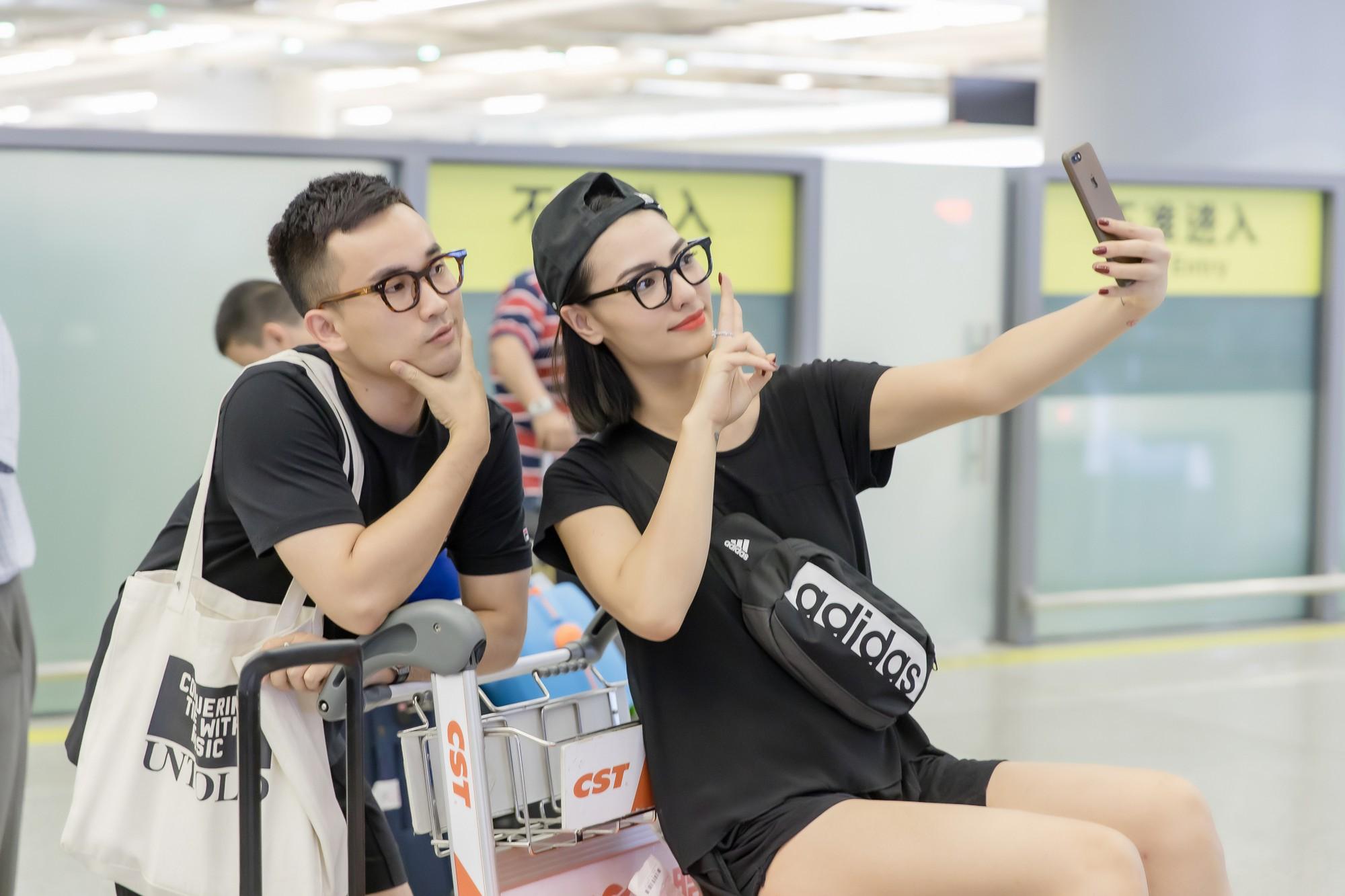 Gửi con cho ông bà để đi làm, Hồng Quế nhí nhảnh selfie cùng người đàn ông này ở sân bay - Ảnh 6.
