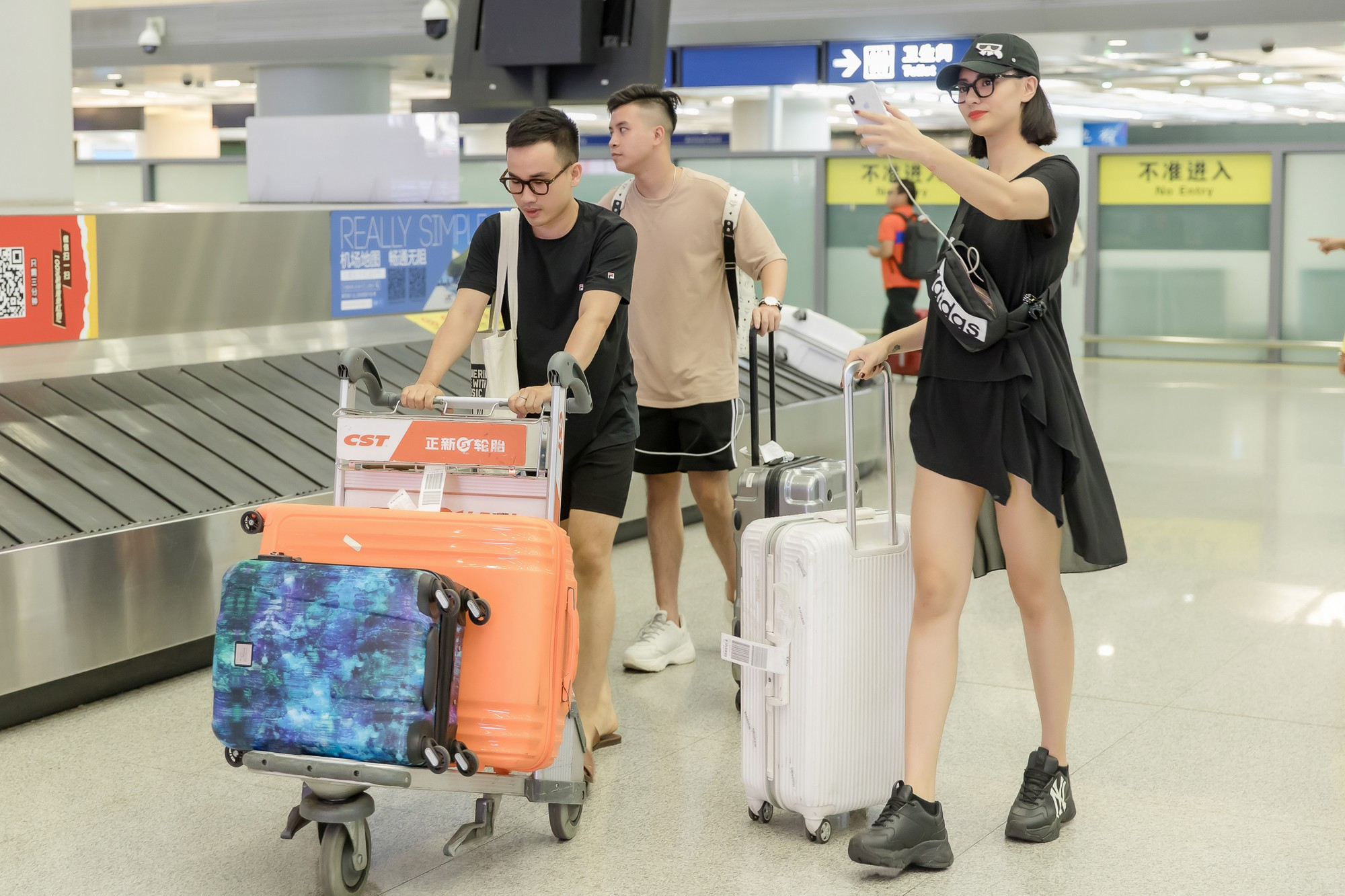 Gửi con cho ông bà để đi làm, Hồng Quế nhí nhảnh selfie cùng người đàn ông này ở sân bay - Ảnh 7.