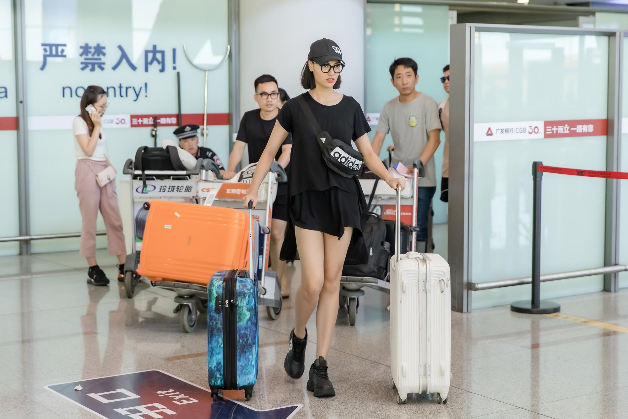 Gửi con cho ông bà để đi làm, Hồng Quế nhí nhảnh selfie cùng người đàn ông này ở sân bay - Ảnh 8.