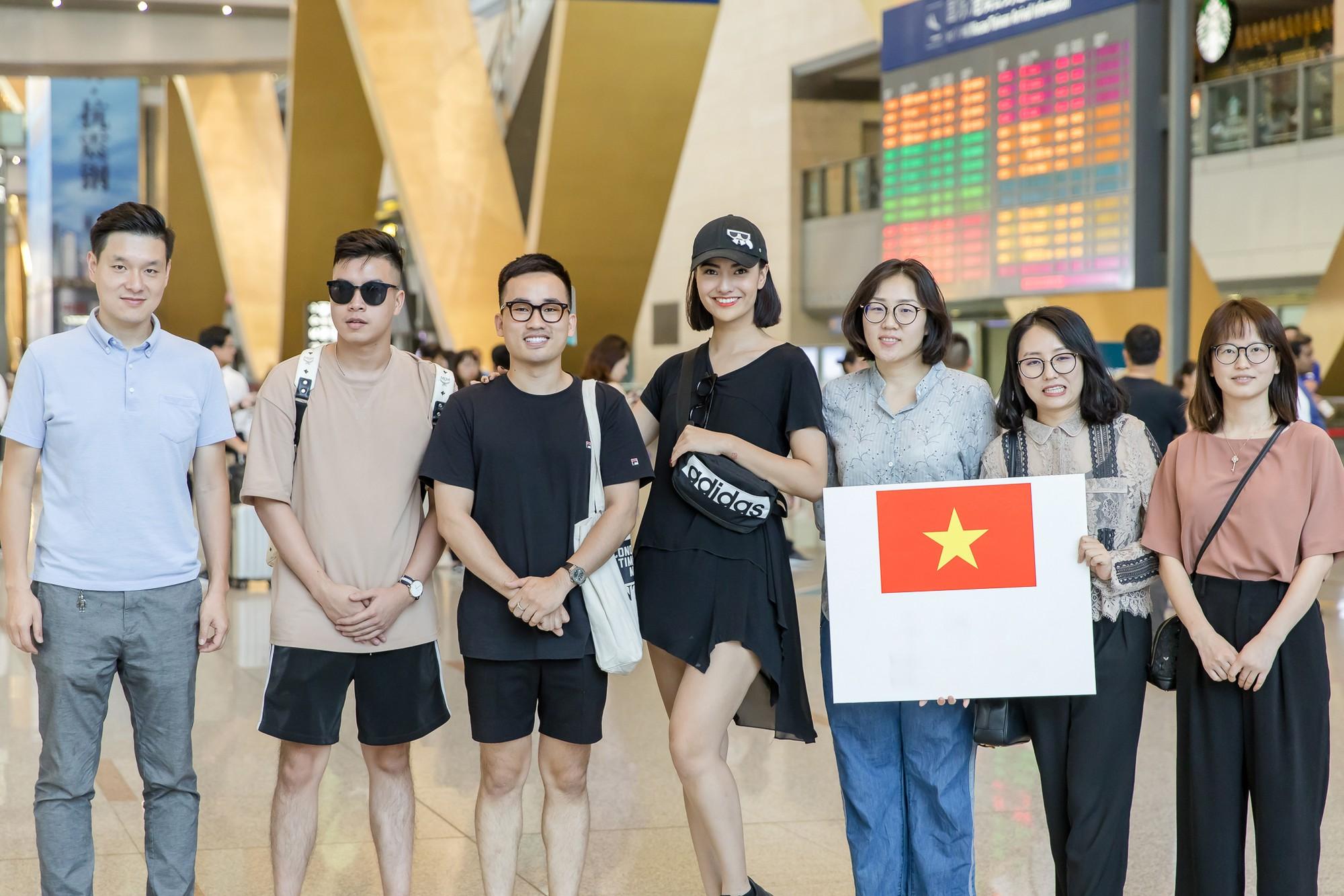 Gửi con cho ông bà để đi làm, Hồng Quế nhí nhảnh selfie cùng người đàn ông này ở sân bay - Ảnh 9.