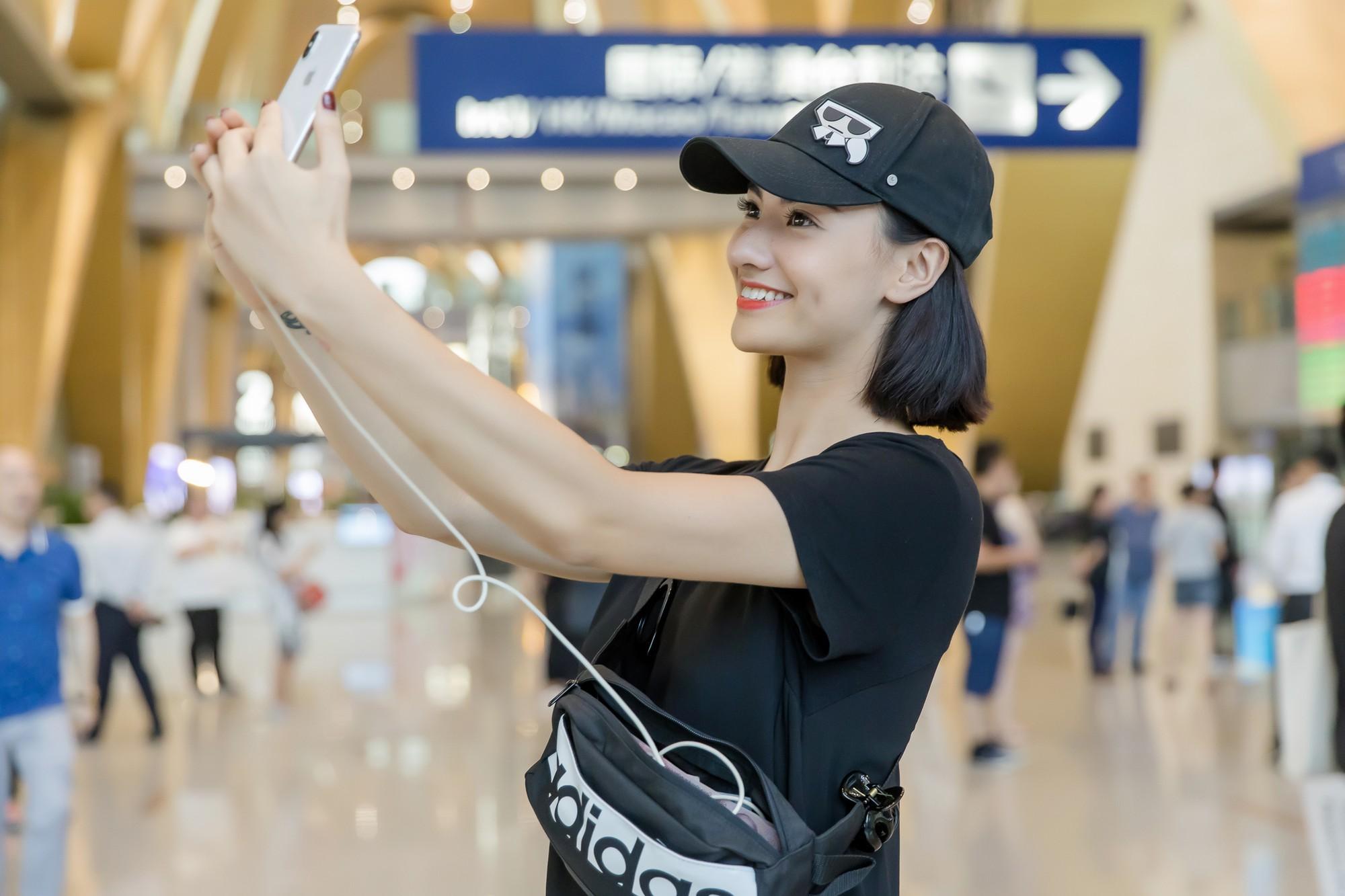 Gửi con cho ông bà để đi làm, Hồng Quế nhí nhảnh selfie cùng người đàn ông này ở sân bay - Ảnh 4.