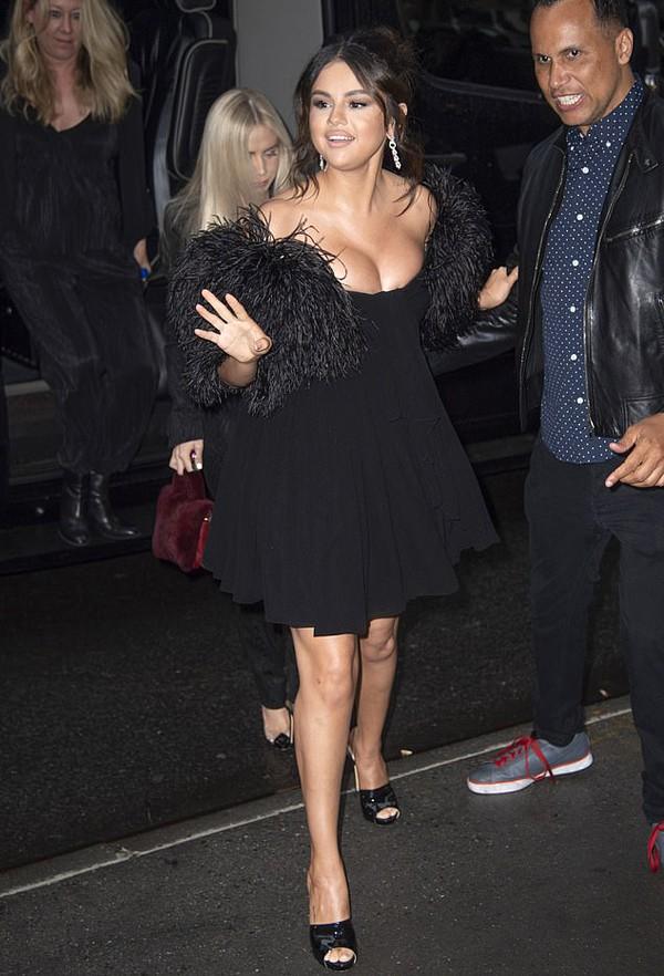 Selena Gomez gây chú ý khi diện váy bó sát, o ép ngực đầy sau tin đồn vẫn liên lạc với Justin Bieber  - Ảnh 1.
