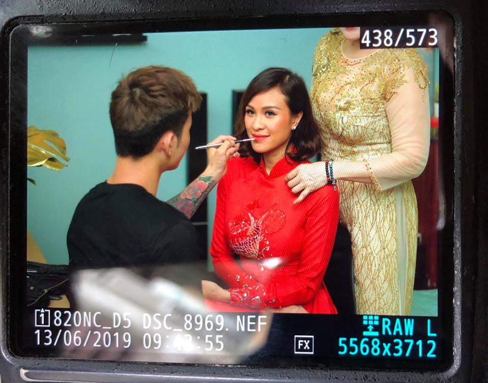 Siêu mẫu Phương Mai diện áo dài đỏ, hạnh phúc trong ngày ăn hỏi cùng chú rể Tây điển trai  - Ảnh 1.