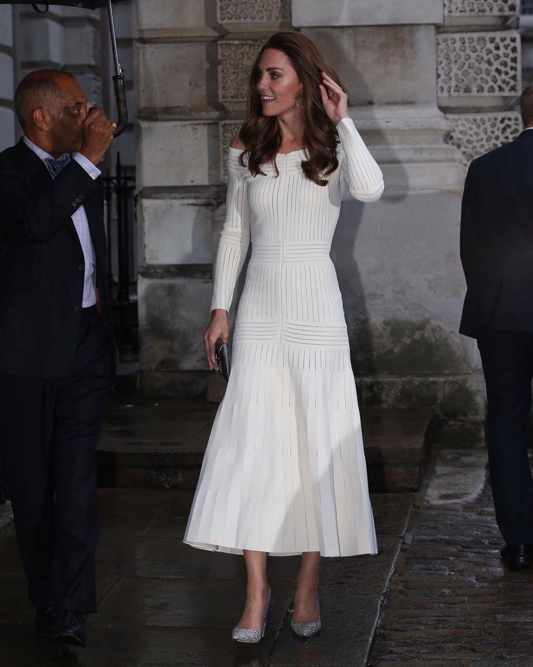 Diện lại đầm gợi cảm từ 3 năm trước, Công nương Kate cho thấy cả một sự nâng tầm về nhan sắc và phong cách - Ảnh 3.