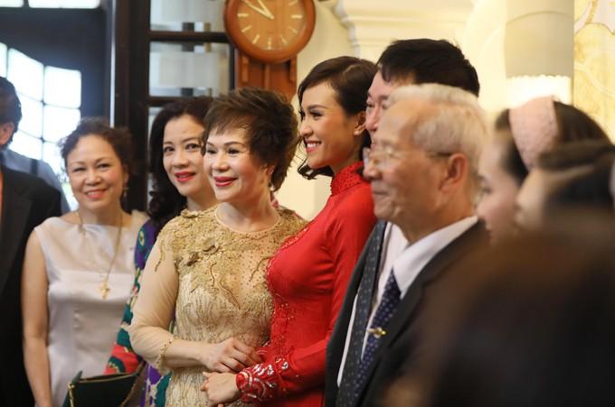 Siêu mẫu Phương Mai diện áo dài đỏ, hạnh phúc trong ngày ăn hỏi cùng chú rể Tây điển trai  - Ảnh 6.