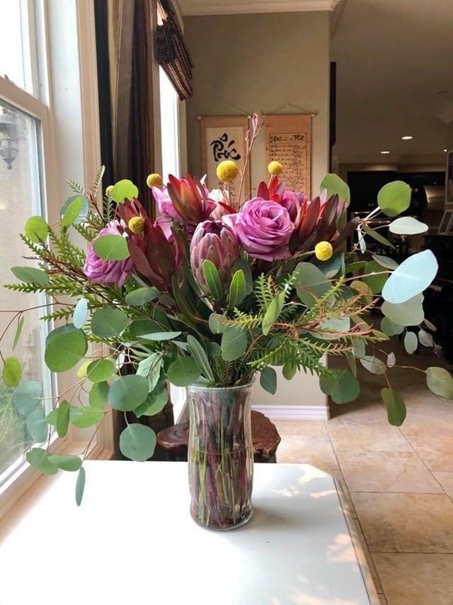 Hoa tươi được lấy từ ngoài vườn nhà vào cắm mà chẳng phải đi đâu mua.