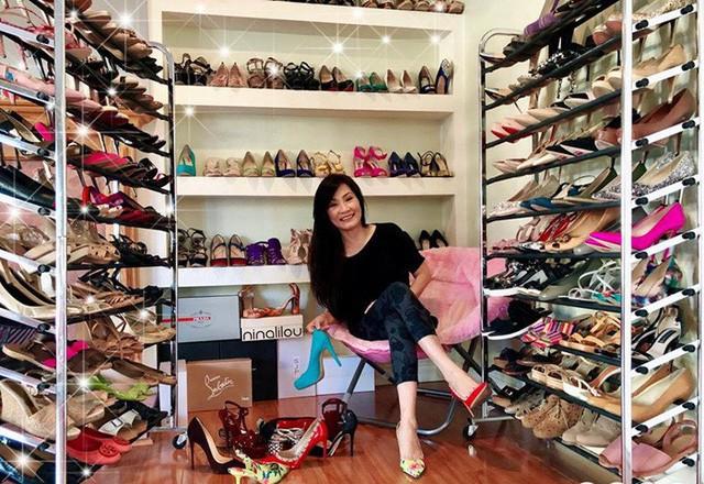 Tủ giày hơn trăm đôi của nghệ sĩ khiến fan lóa mắt. Tôi mê giày, nhìn thấy là thích nhưng phần lớn phải chờ sale mới mua. Năm này sang năm khác, giày chồng chất lên, mấy cái giá đựng giày muốn sập, chỗ để giày muốn bung. - nữ nghệ sĩ chia sẻ.