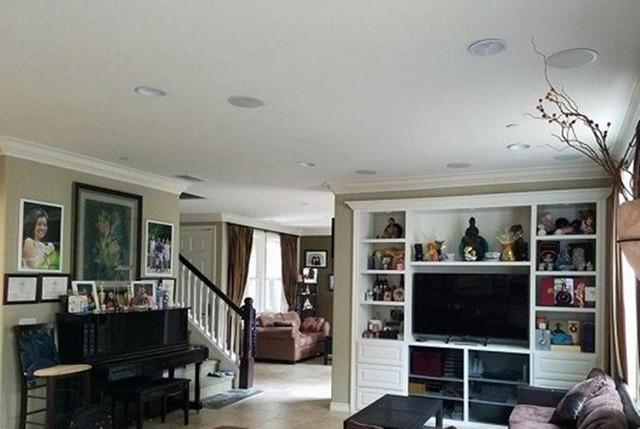 Một chiếc tủ bày rất nhiều đồ lưu niệm được đặt ở phòng khách.