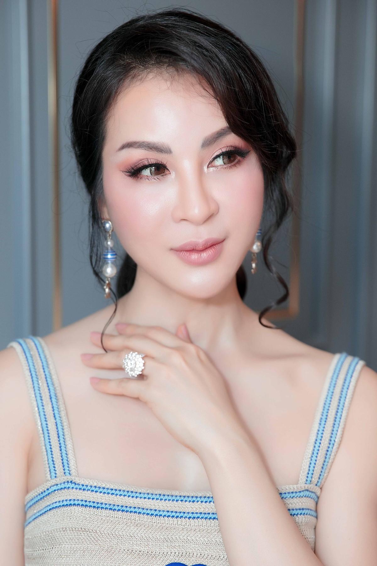 MC Thanh Mai khoe lưng trần gợi cảm ở tuổi trung niên - Ảnh 2.