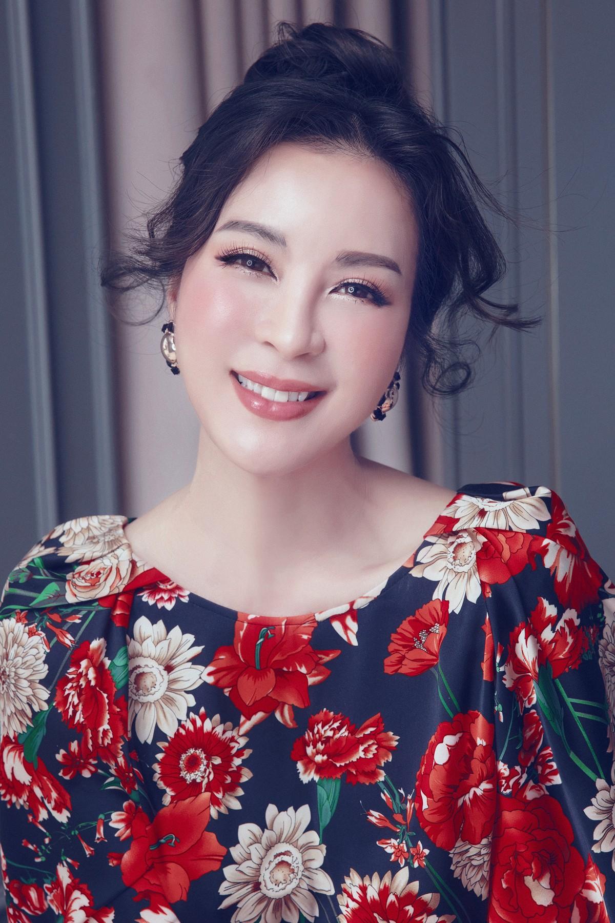 MC Thanh Mai khoe lưng trần gợi cảm ở tuổi trung niên - Ảnh 5.