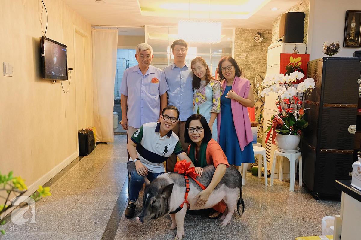 Cả gia đình bên chú heo nặng gần 60kg trong dịp Tết Kỷ Hợi vừa rồi.