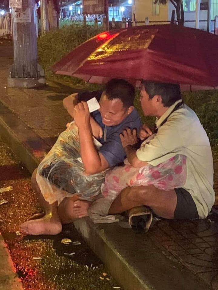 Hình ảnh 2 người đàn ông khiếm thị bán vé số giữa đêm mưa Sài Gòn khiến nhiều người xót xa