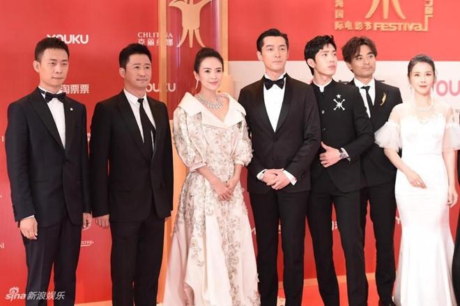 Thảm đỏ LHP quốc tế Thượng Hải: Chương Tử Di xinh đẹp tựa nữ hoàng, đọ sắc cùng hai mỹ nhân cảnh nóng Thư Kỳ và Thang Duy - ảnh 1