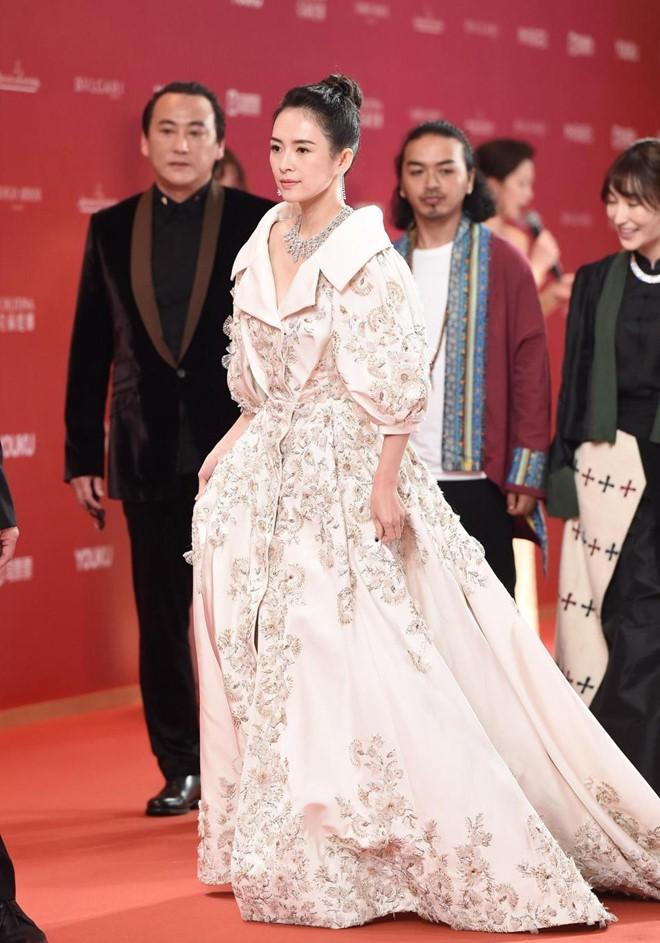 Thảm đỏ LHP quốc tế Thượng Hải: Chương Tử Di xinh đẹp tựa nữ hoàng, đọ sắc cùng hai mỹ nhân cảnh nóng Thư Kỳ và Thang Duy - ảnh 2