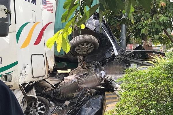 Hiện trường chiếc xe ô tô con bị tông bẹp dúm khiến 5 người chết tại Tây Ninh