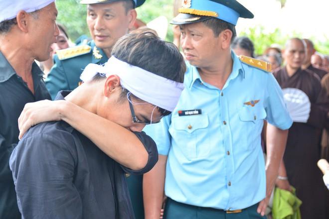 Đẫm nước mắt trong đám tang tiễn biệt Thiếu úy phi công hy sinh trong tai nạn rơi máy bay - Ảnh 11.
