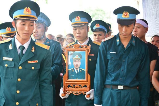 Đẫm nước mắt trong đám tang tiễn biệt Thiếu úy phi công hy sinh trong tai nạn rơi máy bay - Ảnh 2.