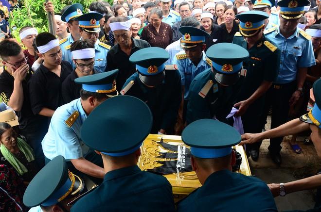 Đẫm nước mắt trong đám tang tiễn biệt Thiếu úy phi công hy sinh trong tai nạn rơi máy bay - Ảnh 3.