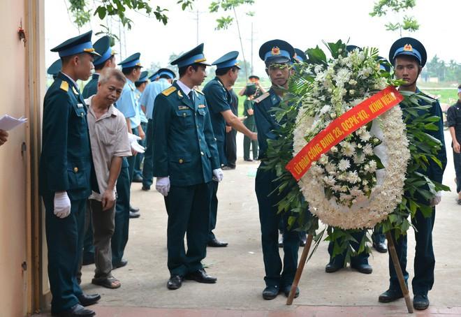 Đẫm nước mắt trong đám tang tiễn biệt Thiếu úy phi công hy sinh trong tai nạn rơi máy bay - Ảnh 5.