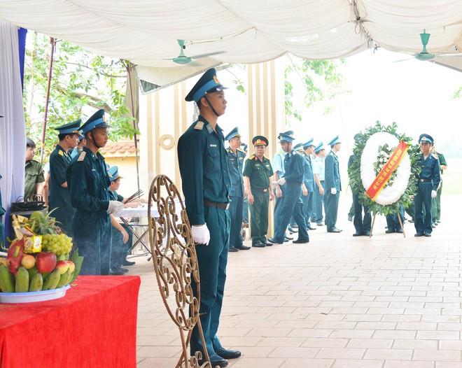 Đẫm nước mắt trong đám tang tiễn biệt Thiếu úy phi công hy sinh trong tai nạn rơi máy bay - Ảnh 6.