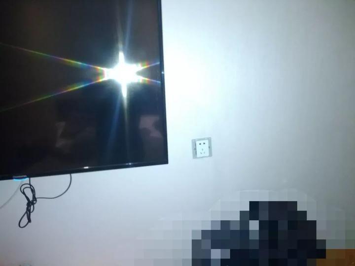 Thuê phòng khách sạn, cặp đôi phát hiện camera ẩn trong ổ điện 5 chấu nhưng lời nói của nhân viên lại gây rùng mình hơn cả - Ảnh 2.