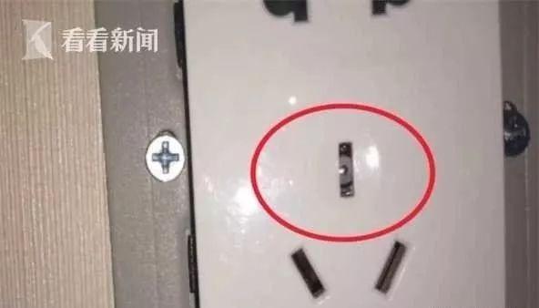 Thuê phòng khách sạn, cặp đôi phát hiện camera ẩn trong ổ điện 5 chấu nhưng lời nói của nhân viên lại gây rùng mình hơn cả - Ảnh 3.