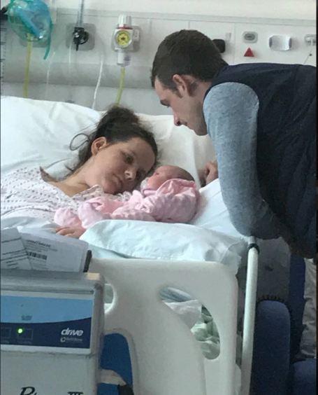 Sinh xong thấy mệt mỏi, chán ăn, bác sĩ nói là chuyện thường, ai ngờ thai phụ suýt chết và bị liệt từ cổ trở xuống - Ảnh 1.