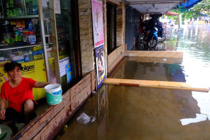 Nước ngập đến bàn thờ ông thần Tài sau mưa lớn ở TP.HCM: Người bì bõm tát nước, người bán buôn ế ẩm - Ảnh 5.