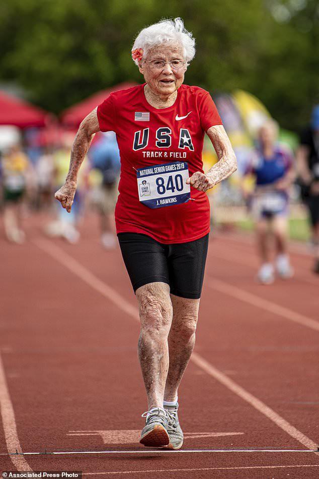 100 tuổi tập chạy bộ, 103 tuổi đoạt huy chương Vàng giải chạy toàn quốc: Cụ bà chia sẻ bí quyết đơn giản giúp sống thọ trong 3 câu! - Ảnh 1.