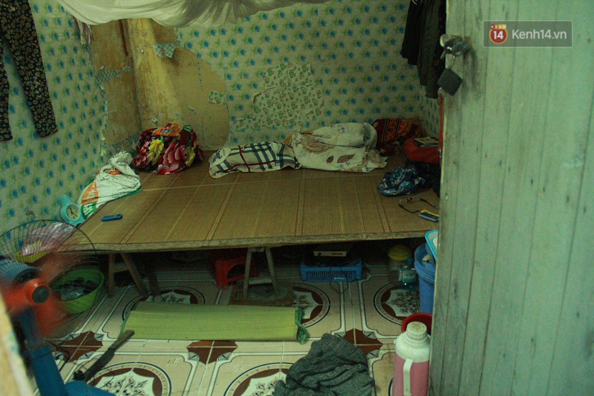 Cái nóng Hà Nội lên đến 50 độ: Dân xóm nghèo oằn mình trong các phòng trọ lợp ngói tôn, hầm hập như muốn luộc chín người - Ảnh 4.