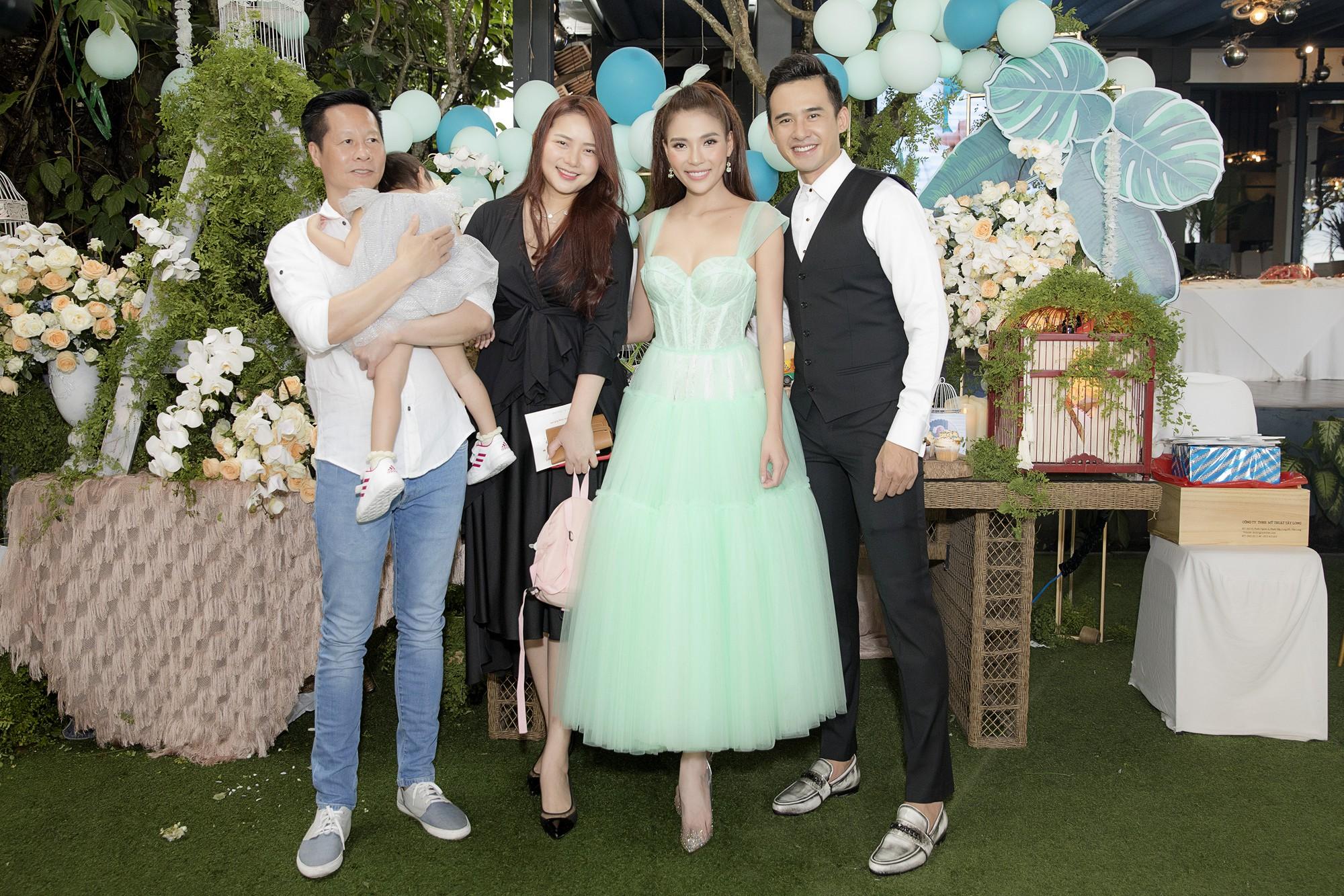Phan Như Thảo và ông xã Đức An đưa con đến dự tiệc1