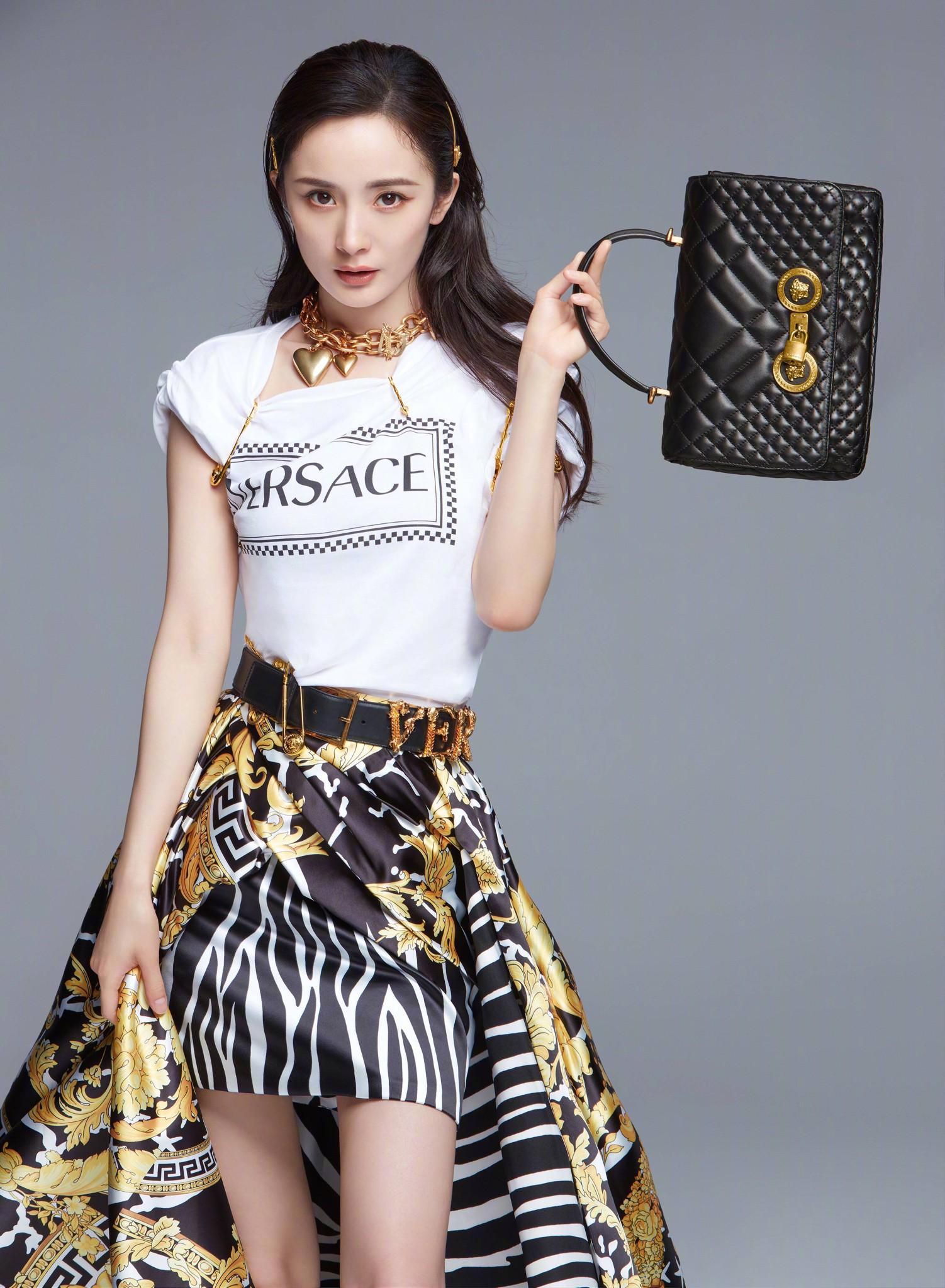 Mặc tin đồn bủa vây, Dương Mịch vẫn sao Trung đầu tiên được Versace chọn làm gương mặt đại diện - Ảnh 1.