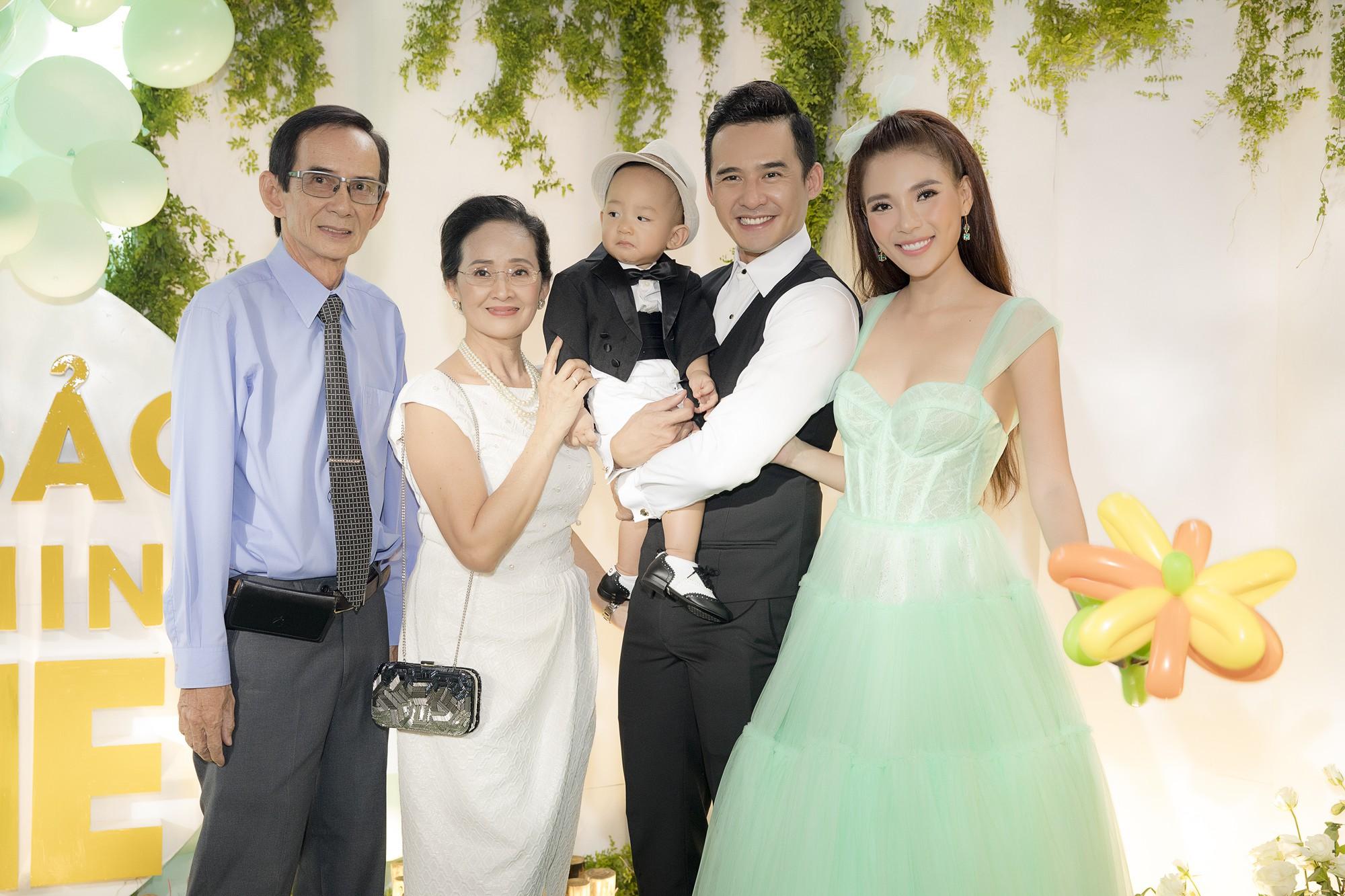 Vợ chồng Thuý Diễm và con trai bên ông bà