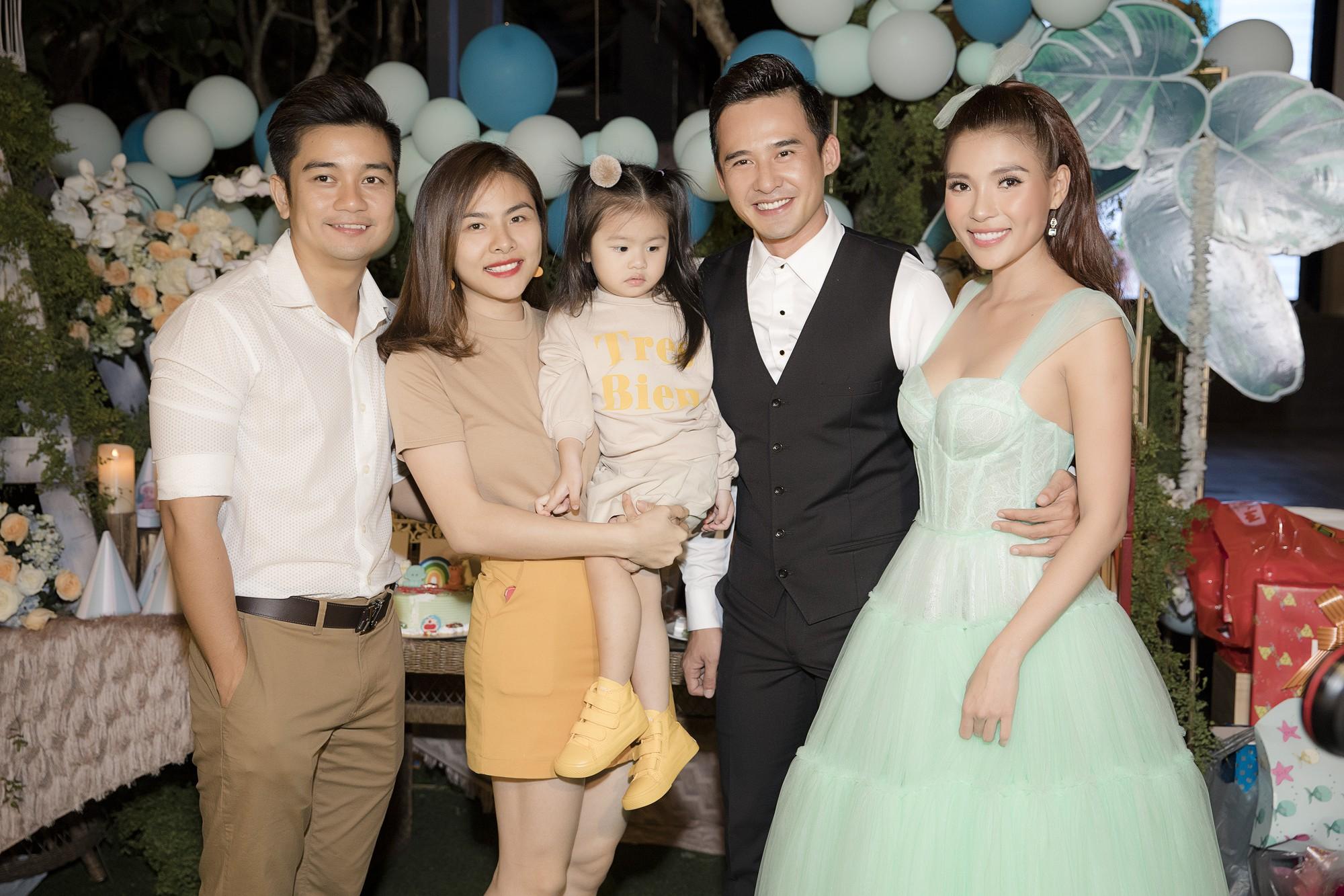 Vợ chồng Vân Trang đưa con gái đi dự tiệc