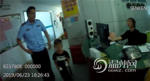 Bắt gặp bé trai 4 tuổi đi lang thang trên đường, cảnh sát hỏi ra mới biết câu chuyện rất đáng khen - ảnh 3