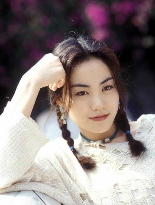 """Không """"sương sương"""" như Trương Bá Chi, Vương Phi từ xưa đã makeup sắc sảo, bảo sao Tạ Đình Phong đến giờ vẫn mê mẩn"""