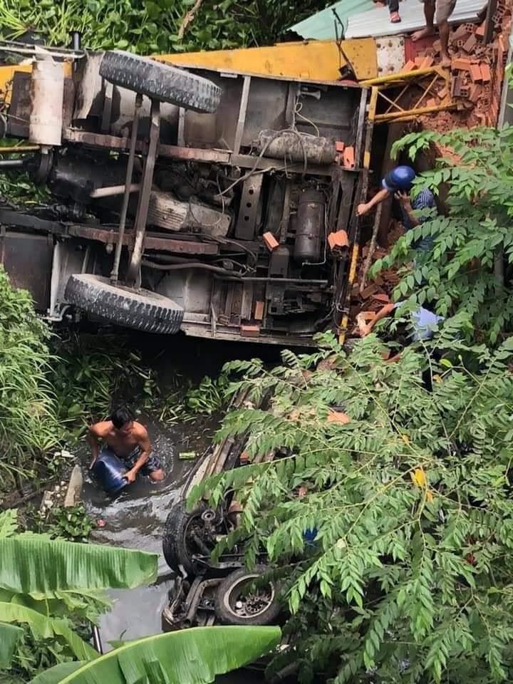 Tai nạn thảm khốc ở Bến Tre: Xe tải mất phanh tông vào ô tô 7 chỗ, nhiều người thương vong - Ảnh 1.