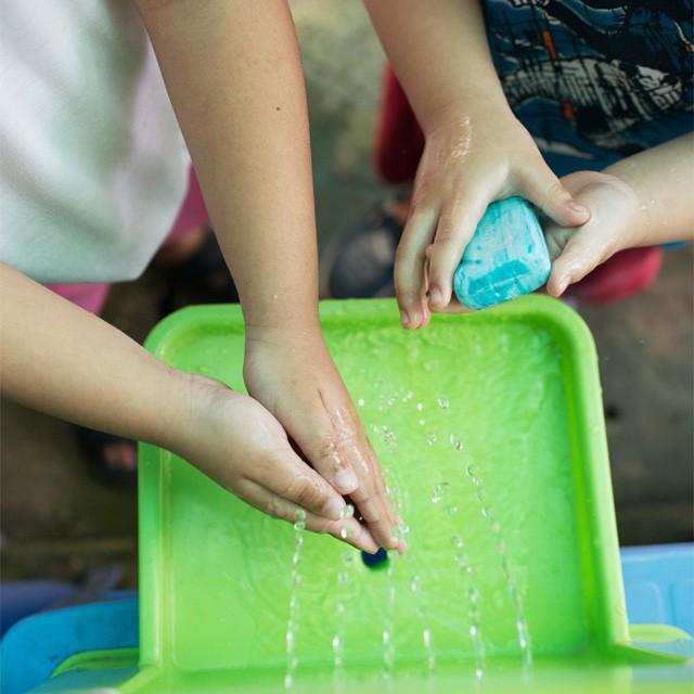 Trào lưu mới được các bà mẹ nổi tiếng yêu thích: Tập cho bé thói quen rửa tay với LaBobo - Ảnh 1.