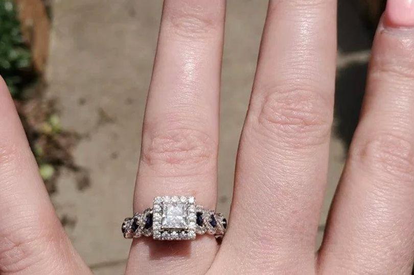 Cô gái hào hứng khoe được cầu hôn bằng nhẫn kim cương nhưng món đồ lấp lánh hơn 50 triệu lại bị lu mờ bởi chi tiết nhỏ xíu này - Ảnh 1.