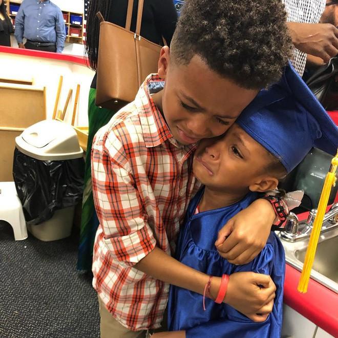 Bức ảnh anh trai ôm em gái trong lễ tốt nghiệp quá đáng yêu nhưng lời tâm sự của người mẹ còn gây xúc động hơn - Ảnh 1.