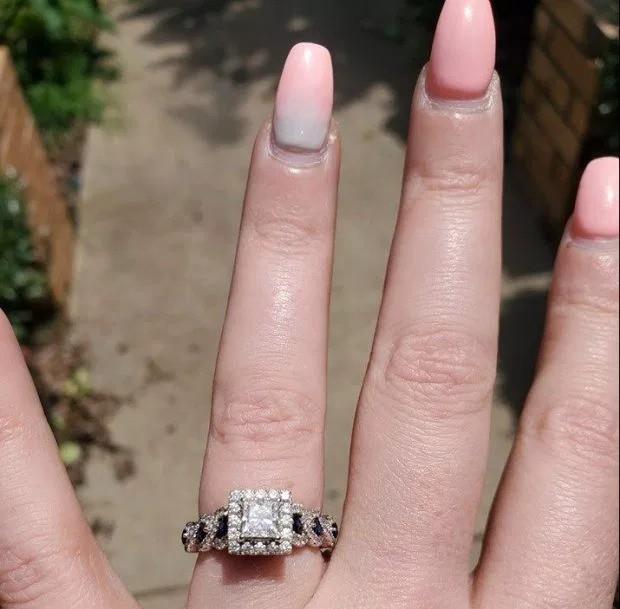 Cô gái hào hứng khoe được cầu hôn bằng nhẫn kim cương nhưng món đồ lấp lánh hơn 50 triệu lại bị lu mờ bởi chi tiết nhỏ xíu này - Ảnh 2.